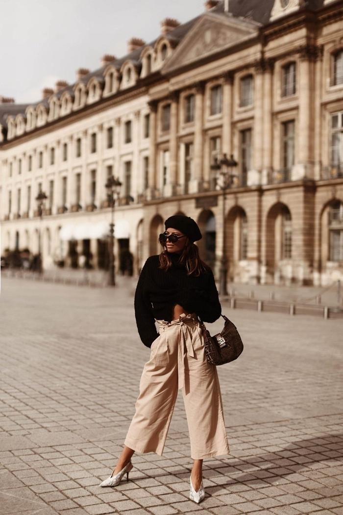 comment porter le beret pantalon fluide beige ceinture pull noir crop top coupe asymétrique chaussures talons blanches