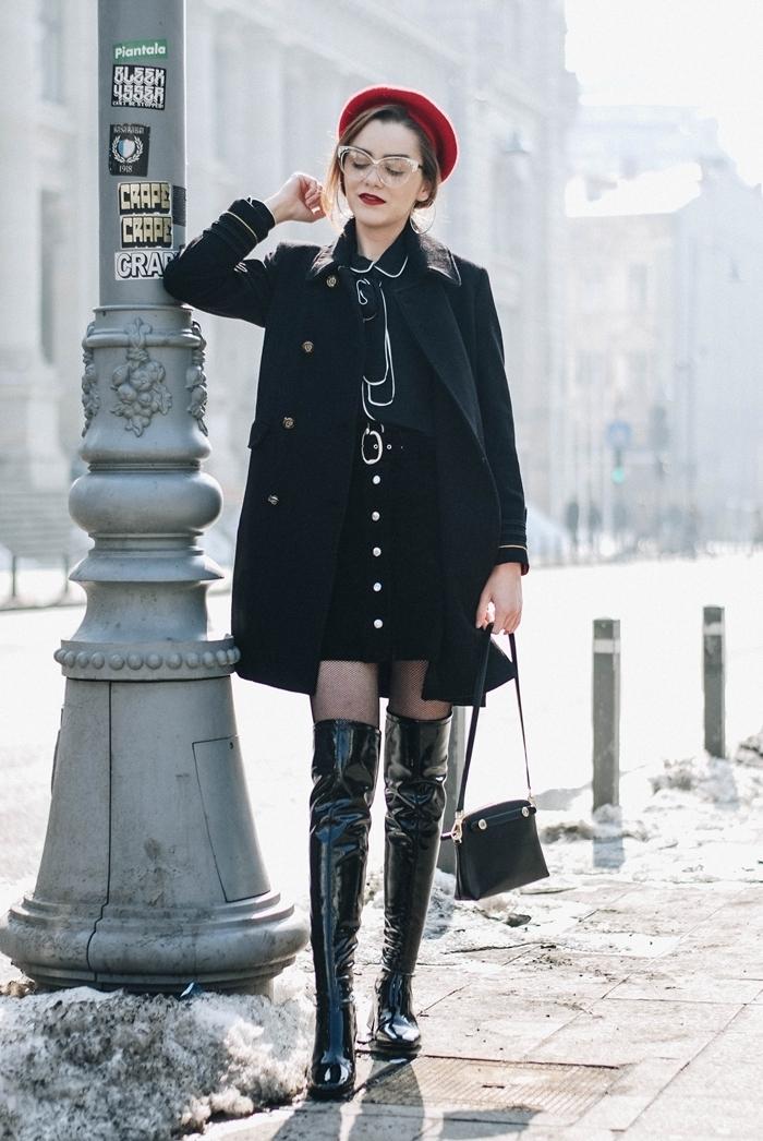 comment s habiller en hiver béret rouge tenue femme chic jupe boutonnée taille haute manteau noir chemise noire