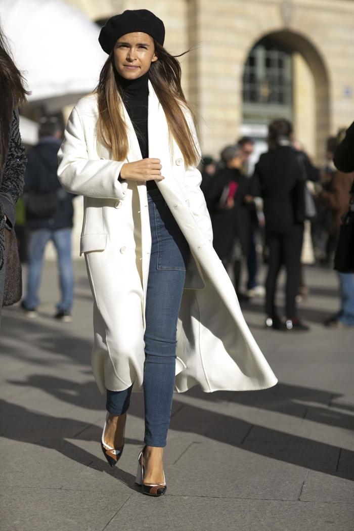 comment s habiller en hiver manteau long blanc jeans taille haute femme pull noir chaussures à talons beige et blanc