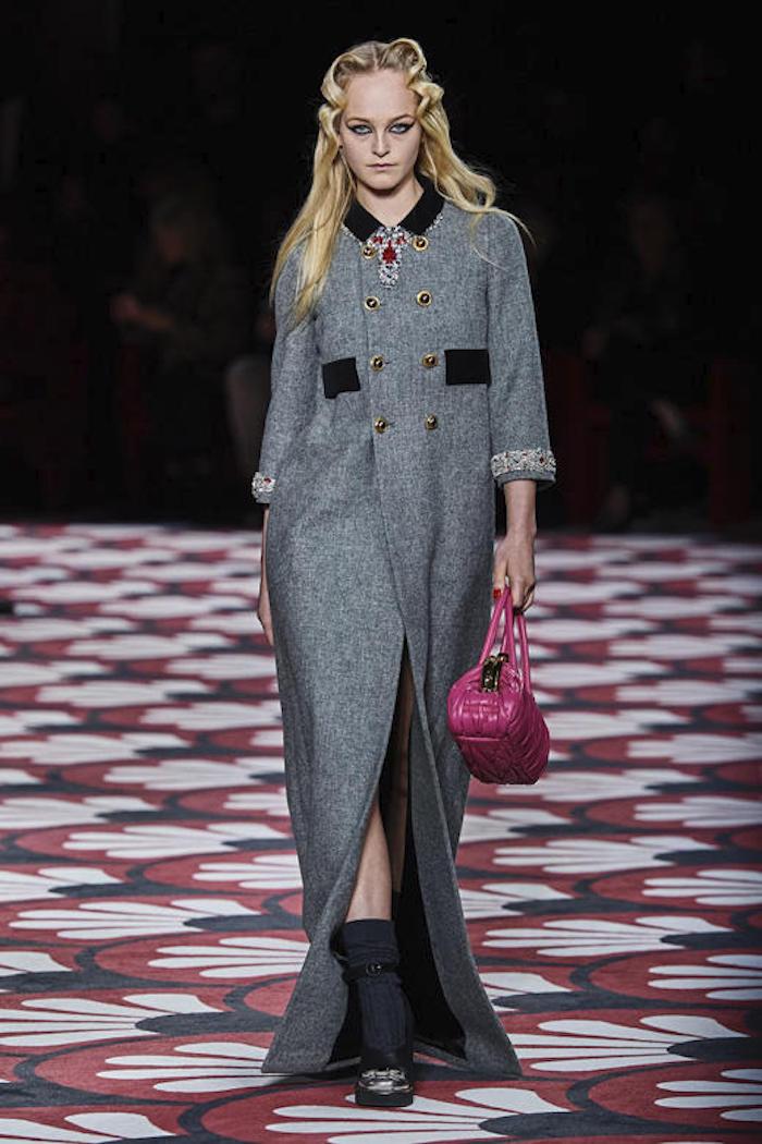 idee tenue avec manteau gris et col noir, sac à manin rose, chaussures noires sur chaussons gris