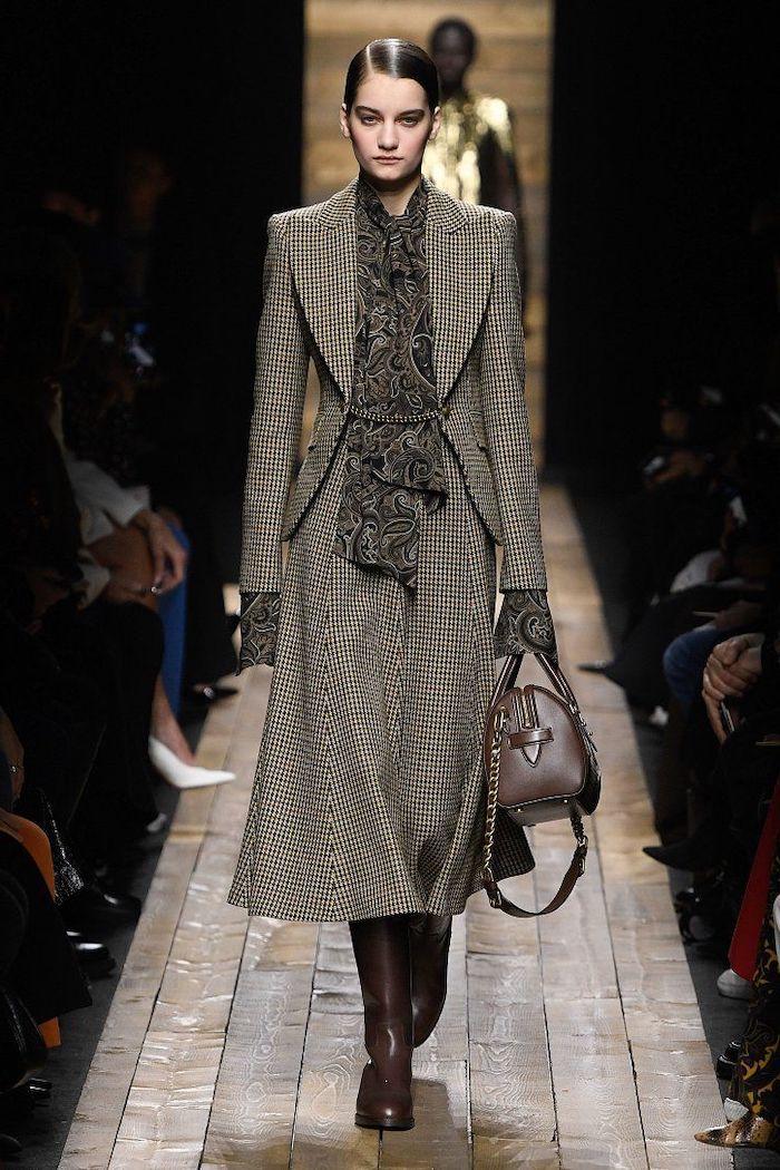 comment s habiller en hiver une tenue de travail avec une jupe longue et un veste impressions en rayes des bottes et sac en cuir look d'hiver