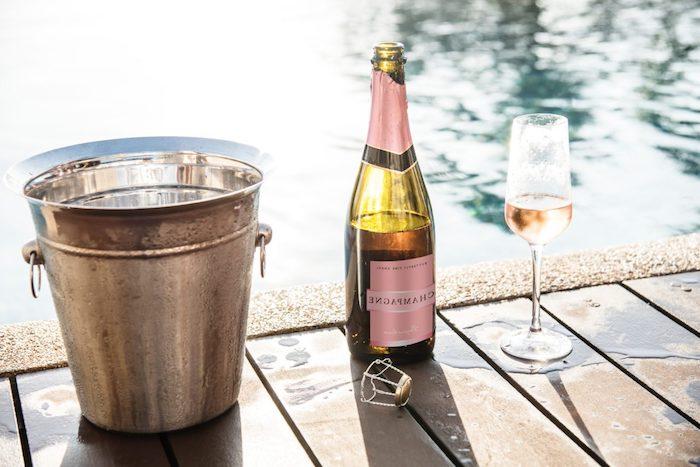 comment servir de champagne a quelle temperature une bouteille au bord de la piscine pres d un seau