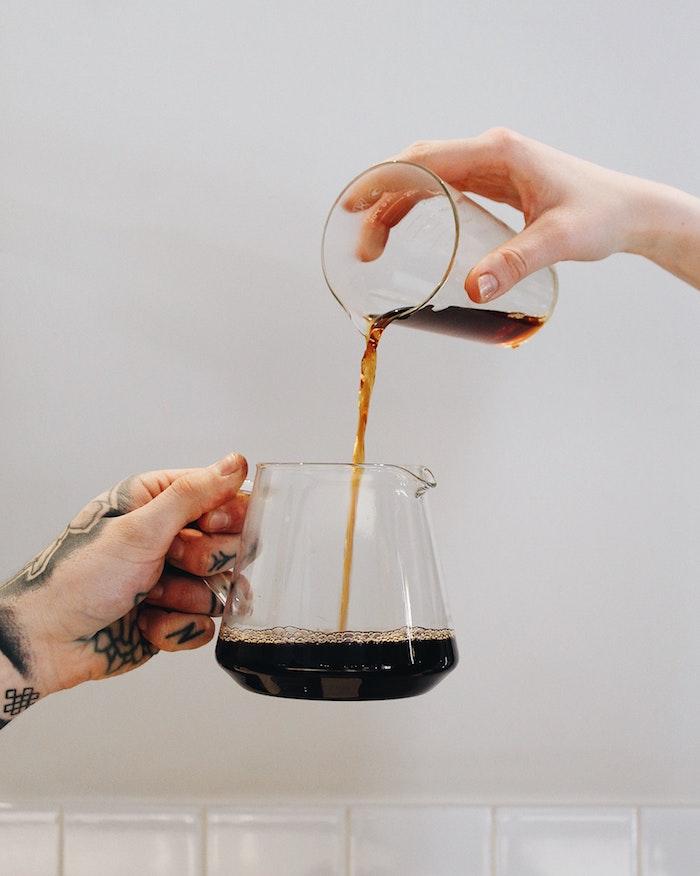 comment servir du cafe mettre la table un broc et verre de cafe avec deux mains avec tatouages