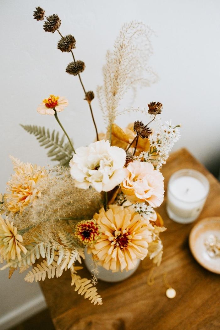 composition fleurs séchées décoration table café bambou bougie bol céramique objets déco vase blanc plantes séchées