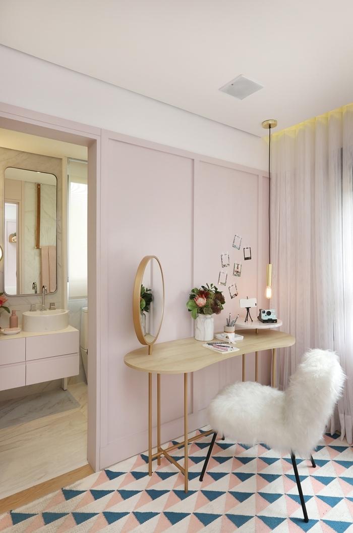 couleur chambre ado fille 16 ans décoration coin beauté bureau bois clair miroir doré vase blanc chaise fourrure blanche