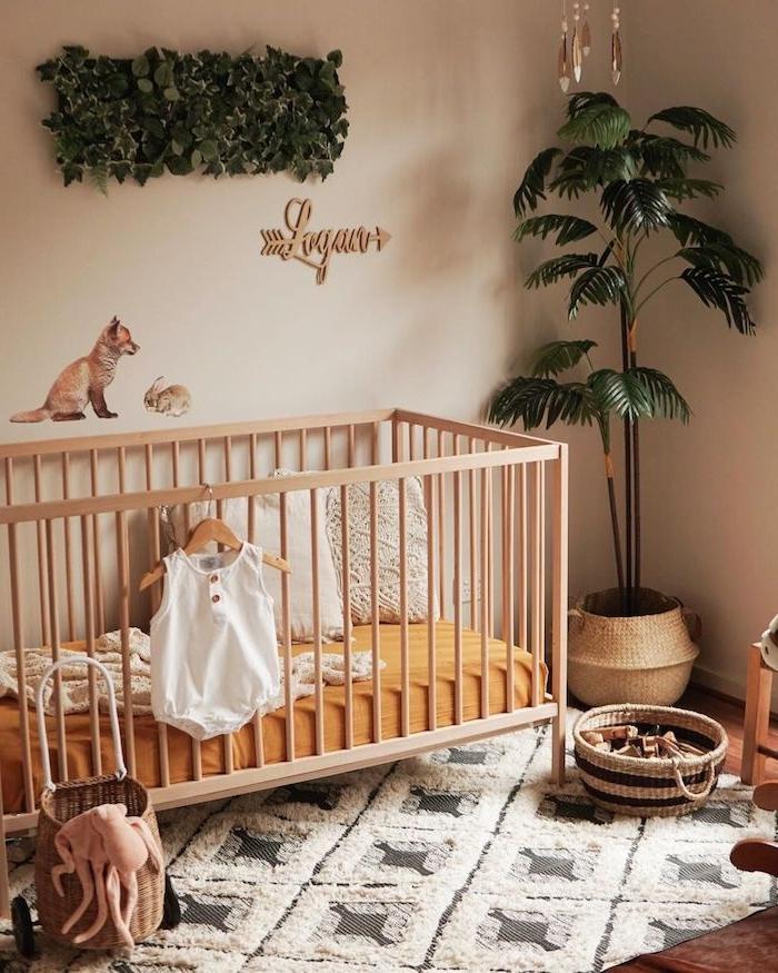 couleur chambre bébé mixte murs beige lit enfant bois tapis moelleux decoration murale vegetale plante en panier tressé