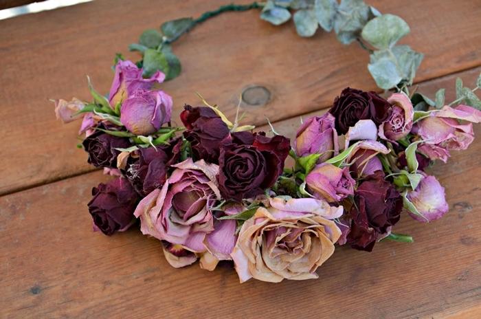 couronne de fleurs deco facile à réaliser soi même diy accessoire tête cheveux femme mode roses séchées