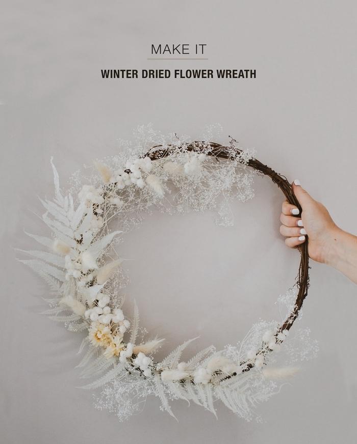 couronne de fleurs murale idée comment faire une décoration avec branches séchées feuillage peinture blanche effet neige