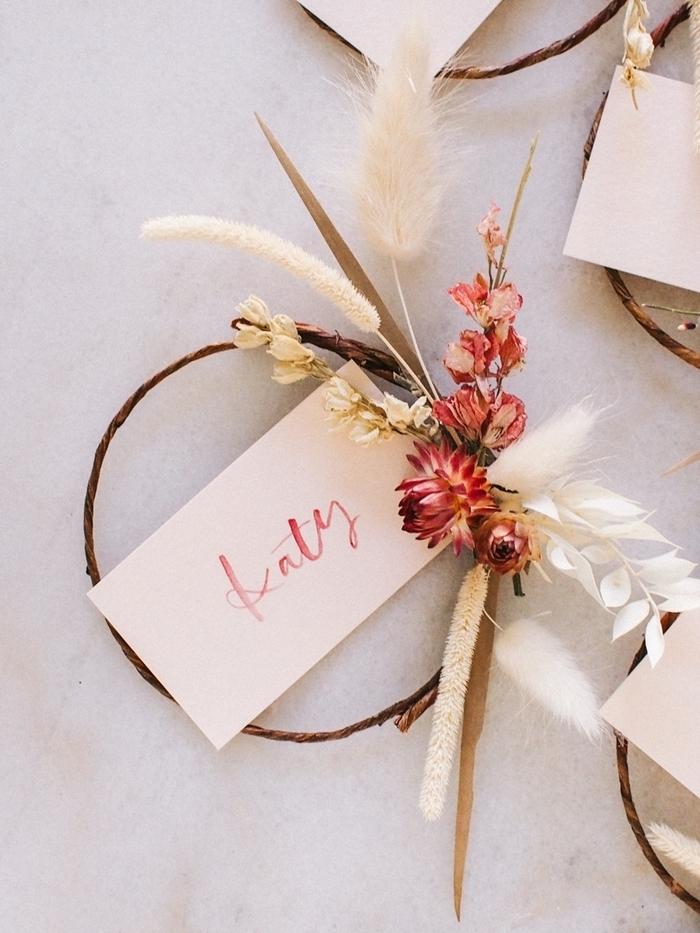 couronne de fleurs séchées facile à faire décoration diy carte nom herbes séchées couronne branches plantes