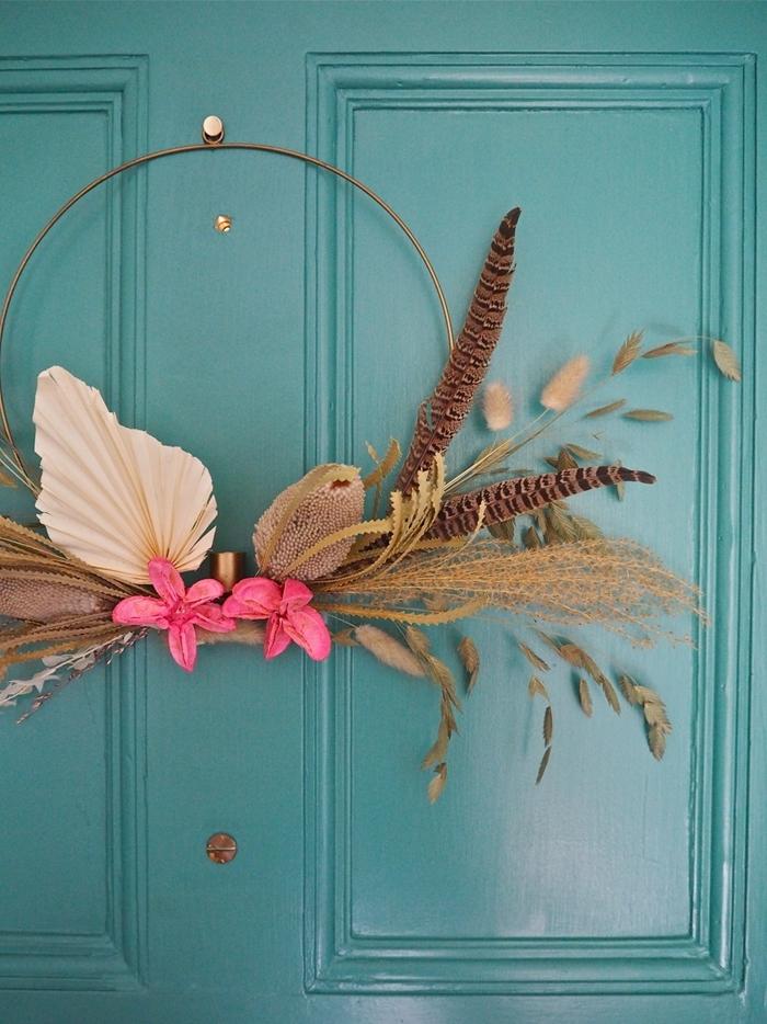 couronne fleurs séchées murale idée porte entrée décoration avec objet diy couronne herbes sechées fleurs roses