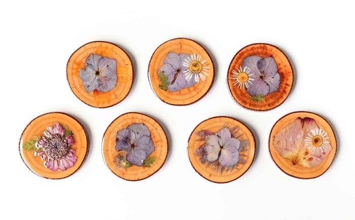 création avec fleurs pressées idée activité manuelle facile rondelle bois deco fleurs sechees diy sous verre fleuries