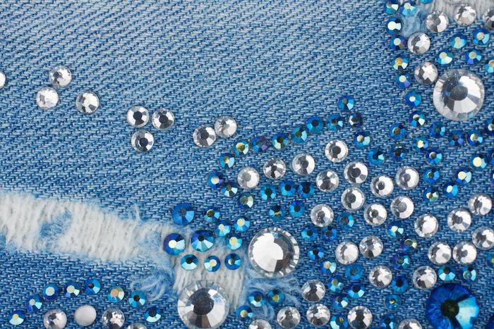 creer ses vetements une idee d utiliser des perles et paillettes sur un jean
