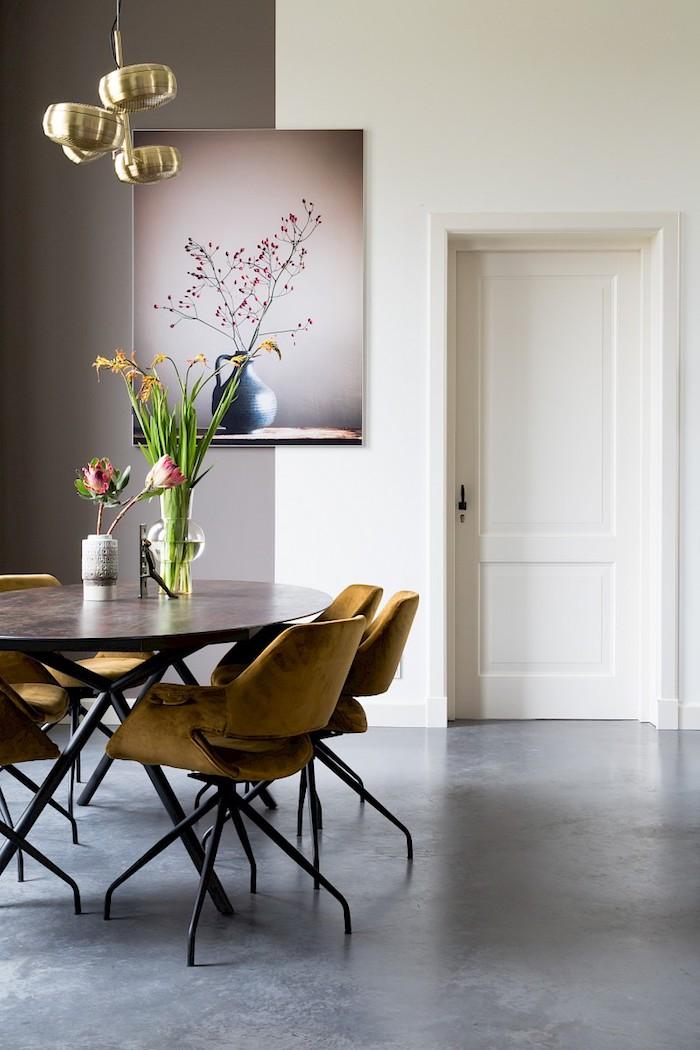 cuisine avec ilot central integre bar juxtapose au fenetre et mur des placards et techniaue noirs murs couvertes de tuiles