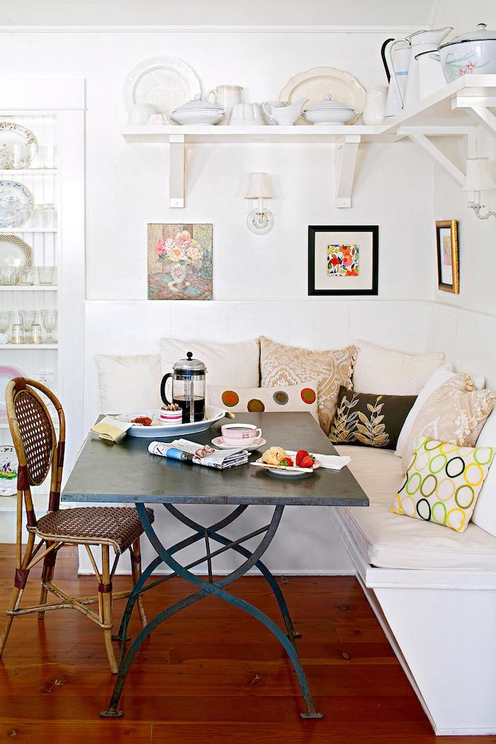 cuisine petit espace idees d amenagement avec un canape en angle des etageres pleines d assiettes et un table en metal