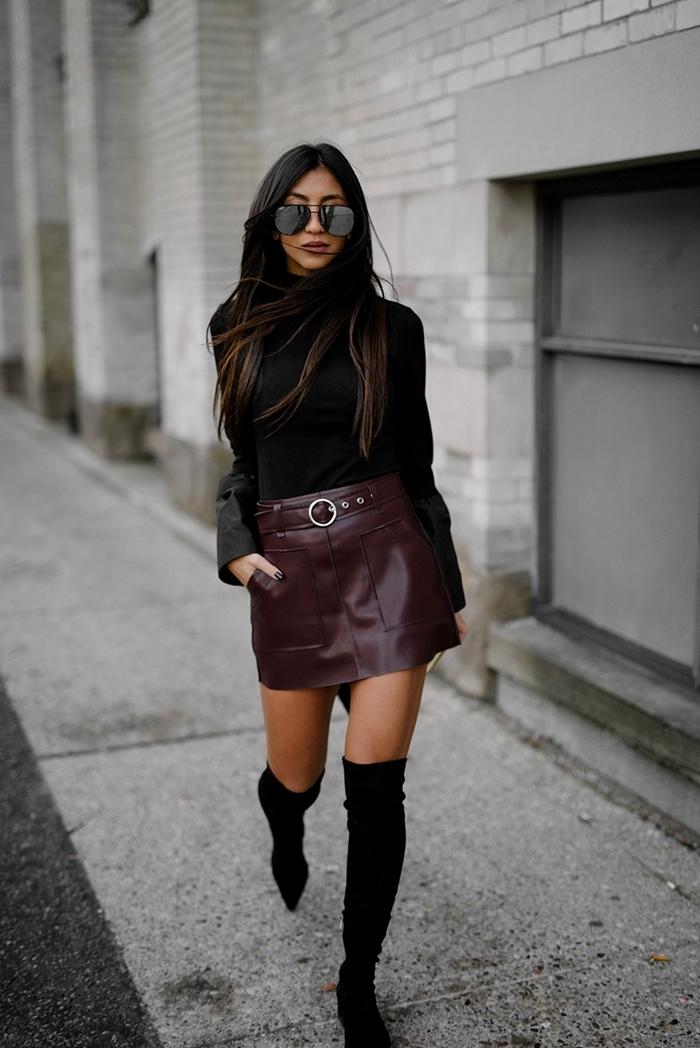 cuissardes velours noir blouse noire manches à effet tenue avec jupe en cuir violet foncé ceinture lunettes de soleil