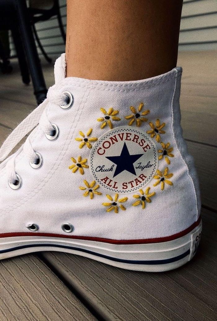 customiser des chaussures converse avec de la broderie des baskets blancs avec des petites fleurs brodes