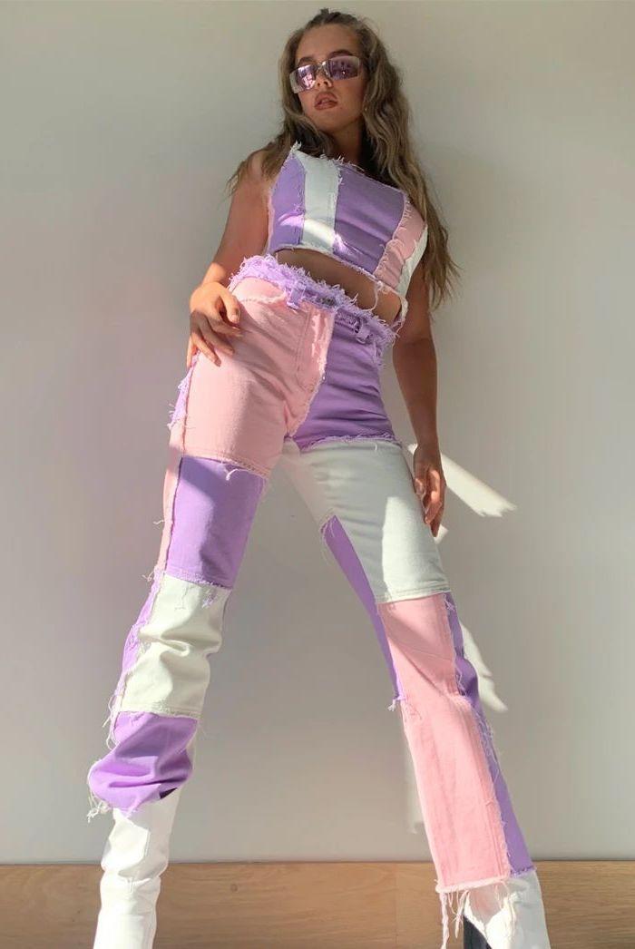 customiser jean une fille avec des lunettes colorees et un ensemble en jean customise a l aide des moreaux multicolores