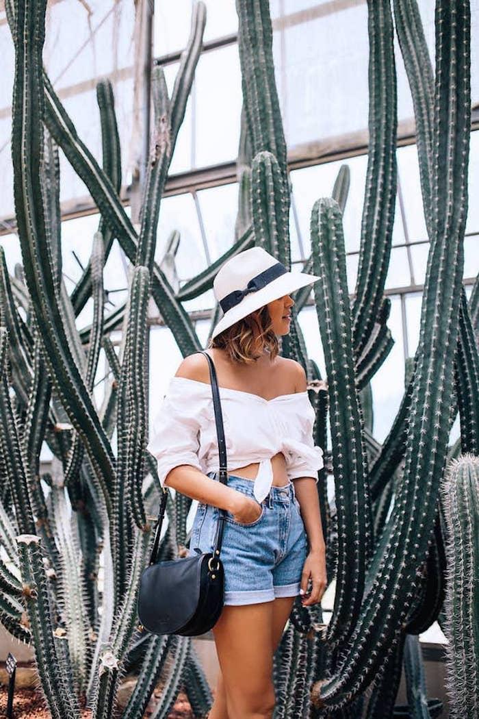 customiser un chemise de bureau dans un top court une femme en short entre des cactus