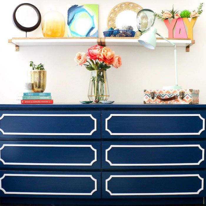 customiser un commode ikea en bleu avec des fleurs livres et un miroir meuble ikea salon