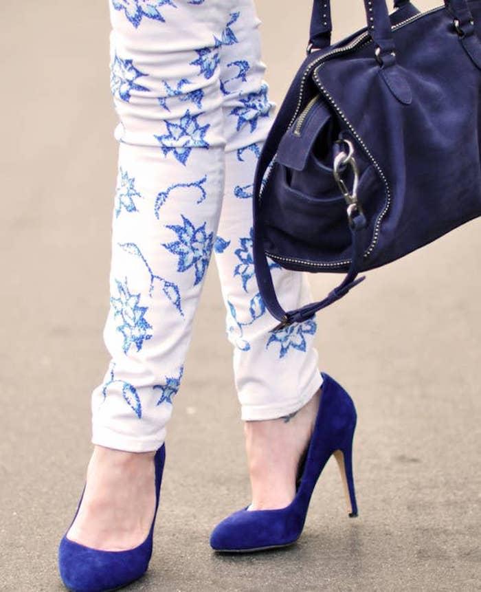 customiser un jean avec de la broderie pantalon blanc avec un sac et chaussures a talon bleues