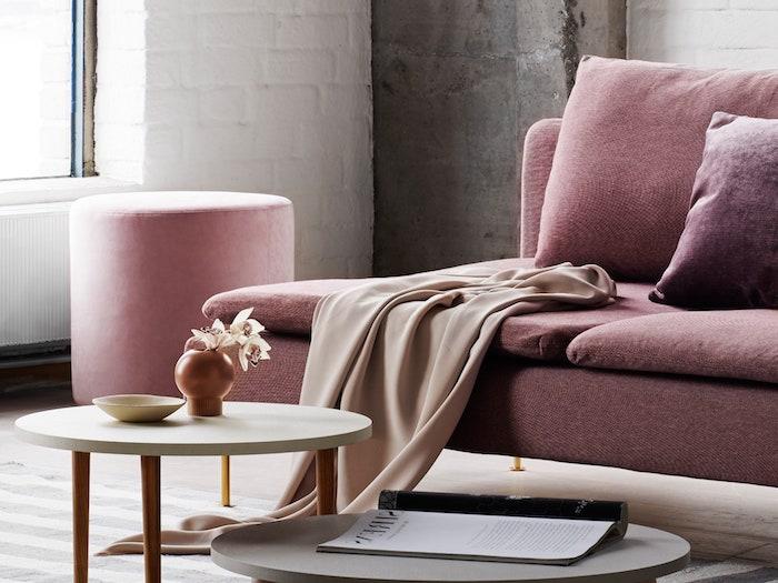 customiser un meuble ikea un canape marron dans un salle de sejour avec une tabourette et table basse