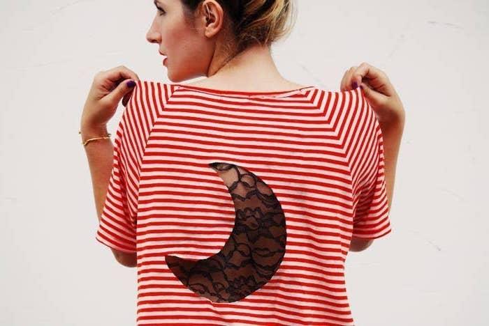 customiser un tee shirt avec de la dantelle une femme a blouse a rayes