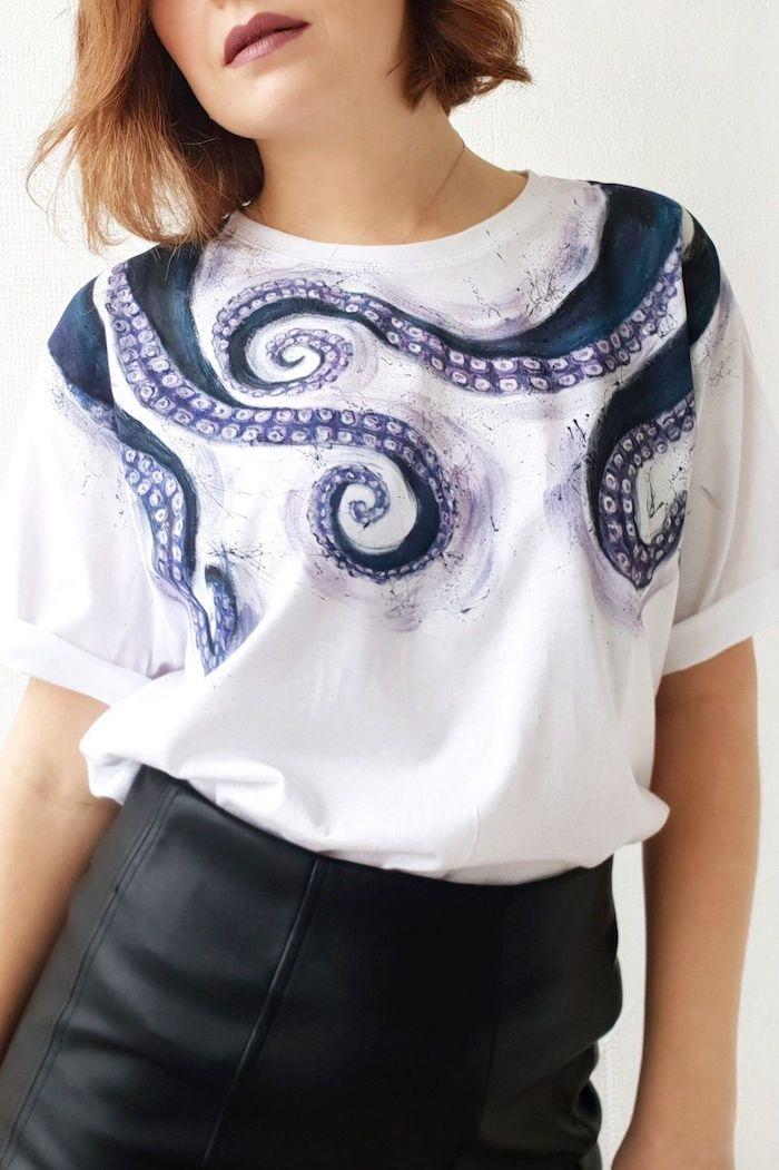 customiser un tee shirt blanc avec dessins de pieuvre une femme a joupe noie courte
