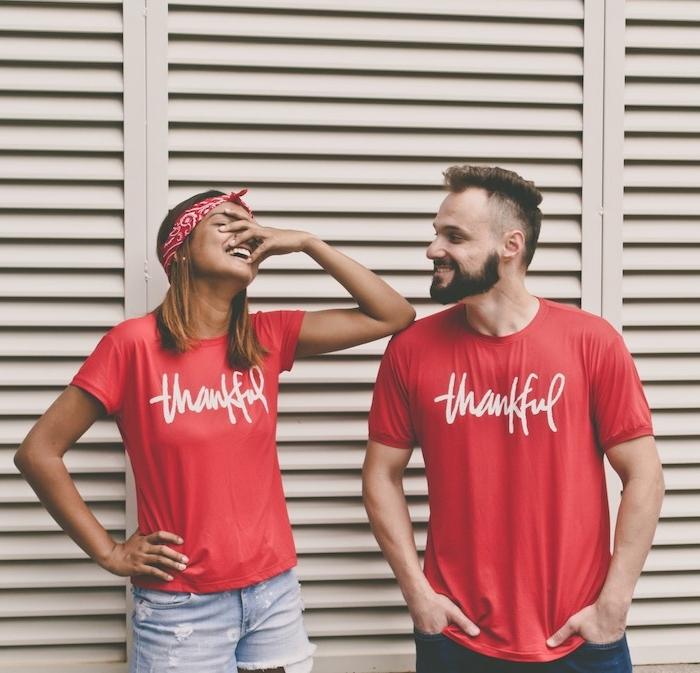 customiser un tee shirt une couple avec des tshirts rouges et jeans imprimes devant une porte blqnche bandeau de tete