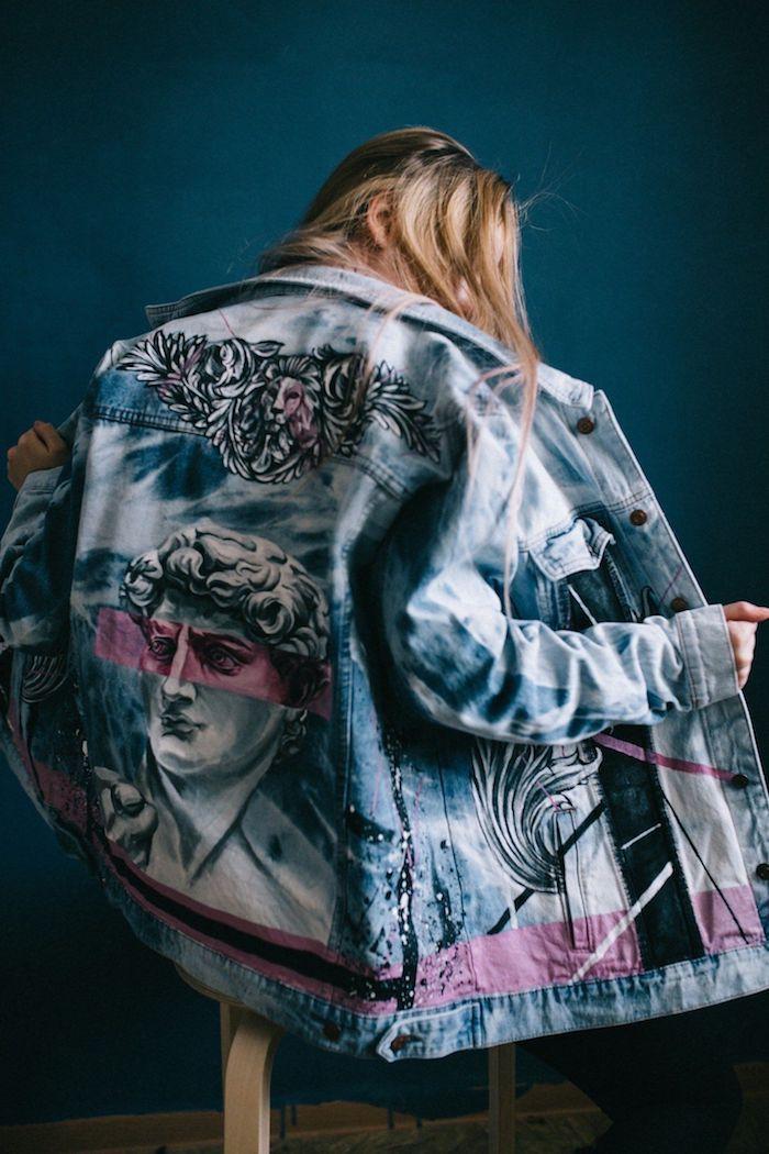 customiser un vetement une veste en jean dessinne avec des dessins rennaissqnce sur une fille cheveux blondes