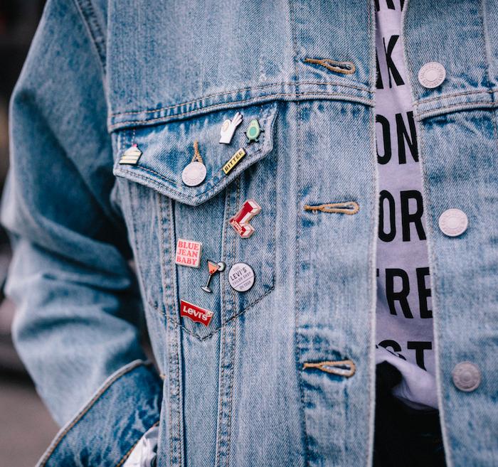 customiser une veste en jean avec des insignes differentes une idee de customisation