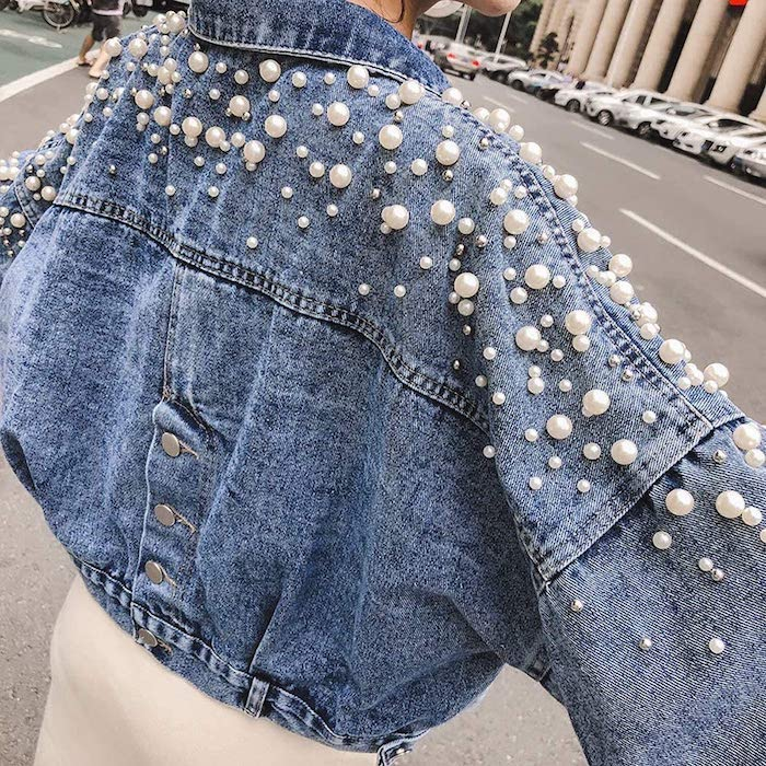 customiser veste en jean avec des perles appliquees une veste courte et un top blanc