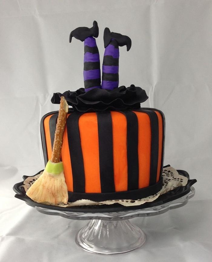 décо de gâteau d halloween sourcière chaussette violet et noir fondant sucre création balais fondant orange et noir