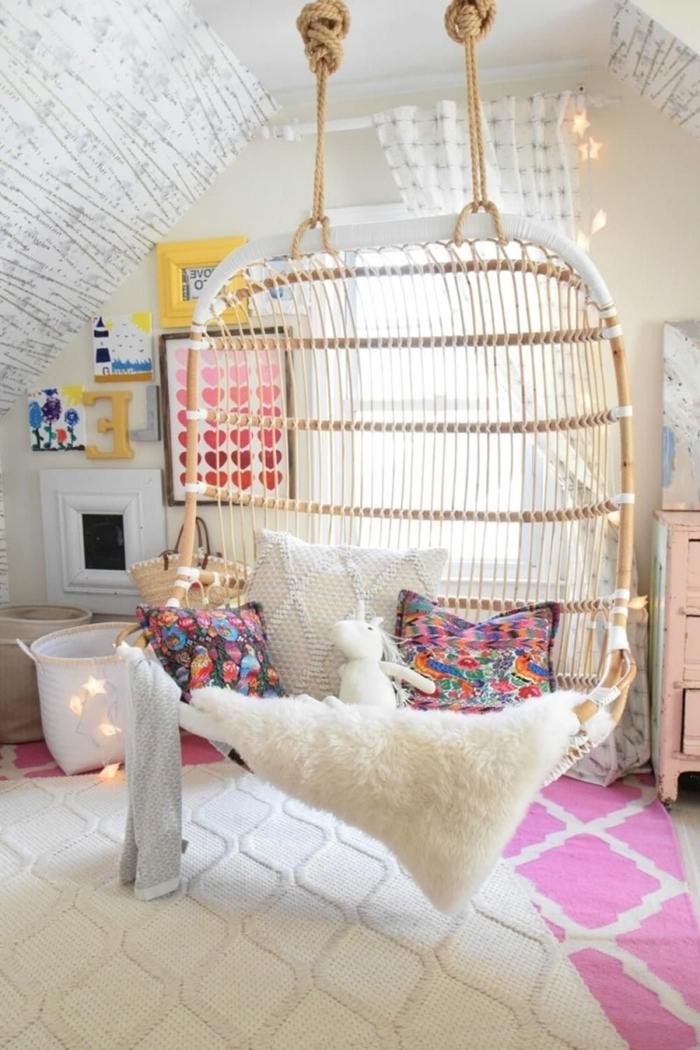 déco chambre ado fille moderne chaise suspendue rotin balançoire coussins décoratifs plaid fausse fourrure blanche