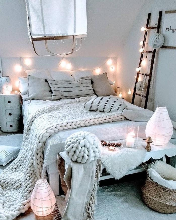 déco chambre ado fille style cocooning plaid grosse maille beige pouf banquette bois panier tressé guirlande lumineuse