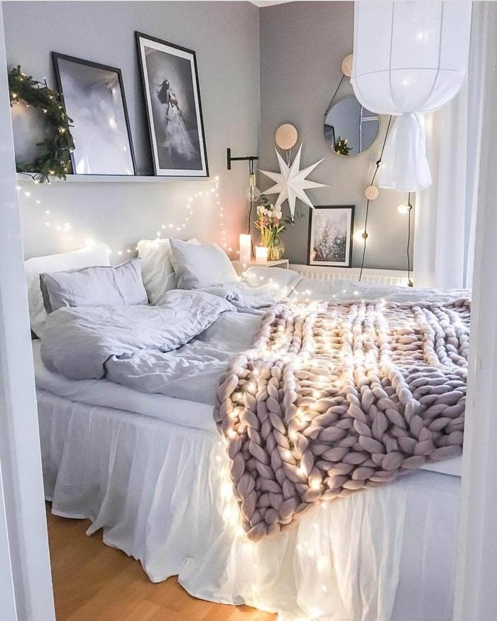 déco lit cocooning peinture chambre ado fille gris clair étagère murale mur de cadres portrait blanc et noir