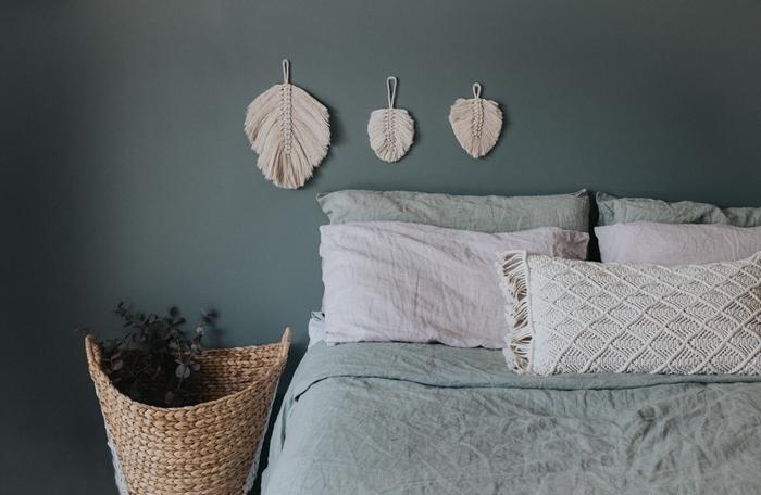 décoration chambre à coucher minimaliste avec accessoires bohème chic coussin macramé peinture murale grise diy macramé