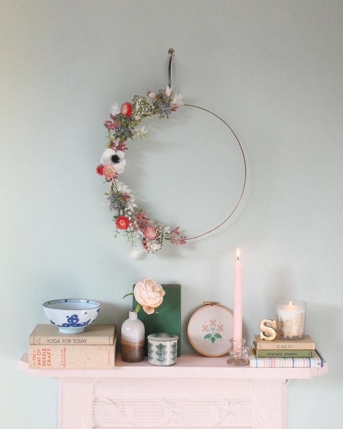 décoration chambre fille meuble rose pastel objet déco bougie livres boîte vase ombré couronne fleurs sechees diy