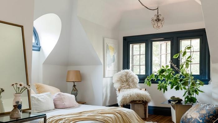 décoration cocooning chambre sous pente chaise cuir housse fausse fourrure blanche chambre ado fille moderne 2020