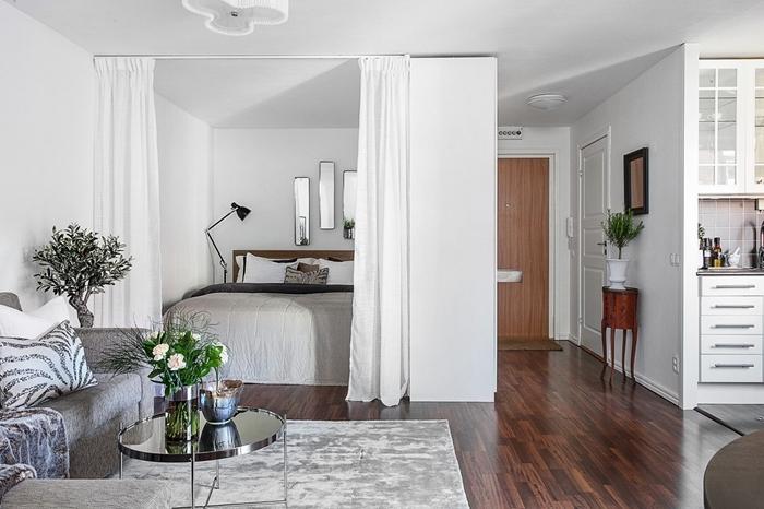 décoration de cuisine pour studio blanche de style vintage meuble haut verre blanc tapis gris clair canapé vase