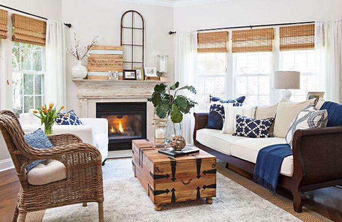 deco bleu marine et blanc dans salon rustique avec table basse coffre chaise tressée cheminée cocooning