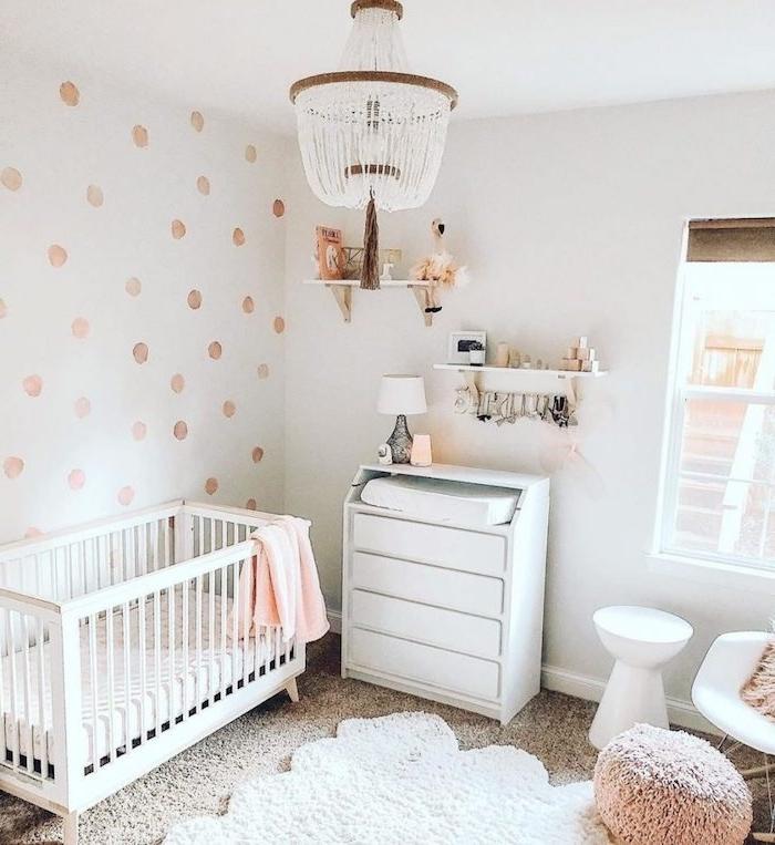 deco chambre bebe fille cosy avec murs blancs et commode et lit blancs tapis moelleux lustre élégant
