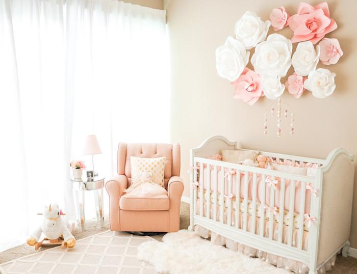 deco chambre bebe rose et gris accents beiges tapis cocooning rideaux blancs tapis douillet mobile bébé cocooning deco murale fleurs de papier