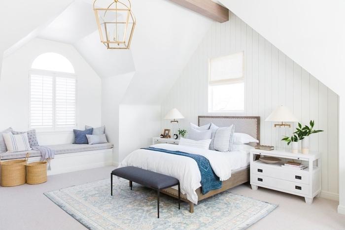 deco chambre parentale cosy meuble chevet bois blanc tête de lit bois panier tressé banquette sous fenêtre coussins décoratifs