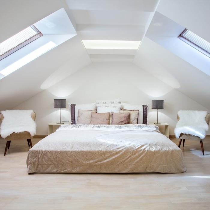 deco chambre parentale style minimaliste lampe de chevet gris fauteuil housse fausse fourrure blanche coussins décoratifs