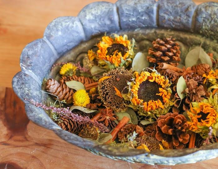 deco d automne a faire soi meme pot pourri fait maison cannelle fleurs séchées d automne pomems de pin dans bol