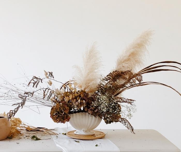 deco d automne facile à faire table nappe blanche vase blanc herbe de pampa séchée fleurs feuillage automne