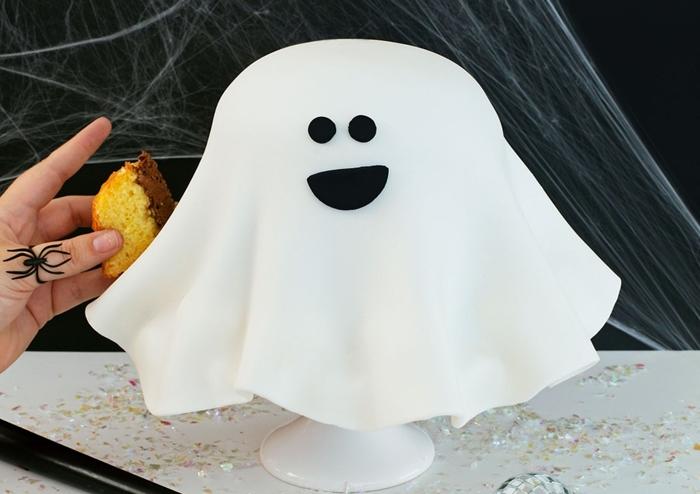 deco de gateau d halloween en forme de fantome dessert casper pate a sucre blanche corps fantome pate noire visage fantome