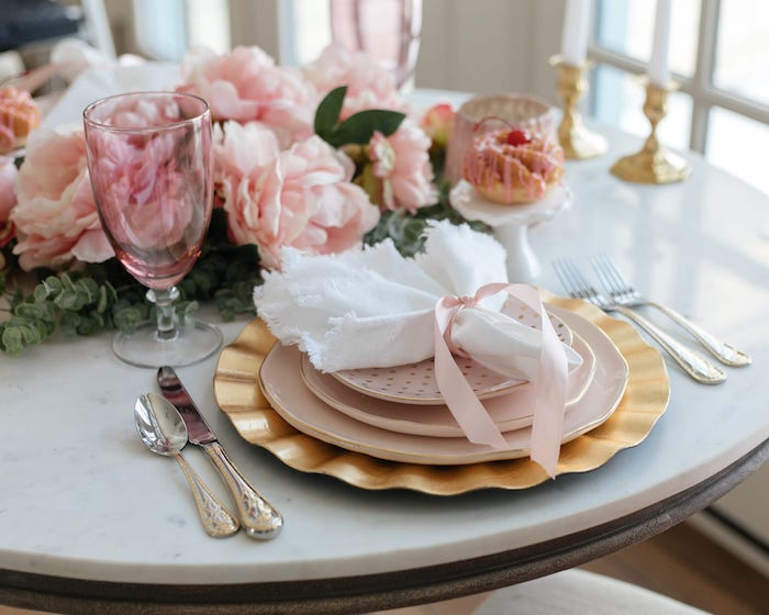 deco de table pour une marriage avec des fleurs roses des rubans et serviette blanc