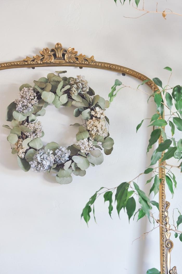 deco fleurs sechees facile cadre miroir vintage doré vide couronne d eucalyptus séchées plantes vertes intérieur
