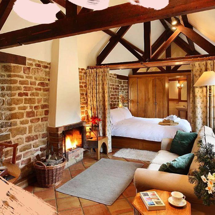 deco hiver idée de déco chalet monagne avec des poutres apparentes carrelages sol grès cérame coin lit isolé de rideaux